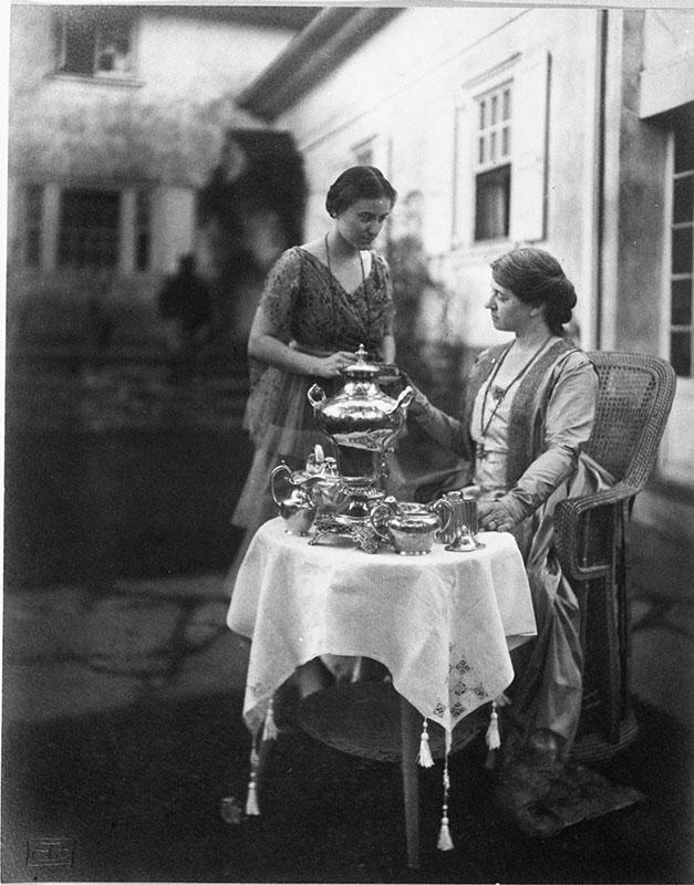 Elizabeth Shippen Green and Violet Oakley posing